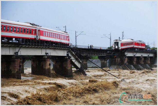 广汉客运列车坠河 民兵榔头敲碎车窗救人