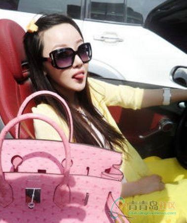 法拉力车上的绝色美女高清图片
