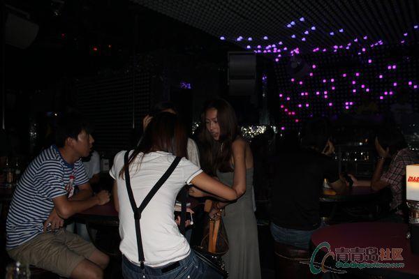 夜拍青岛酒吧美女