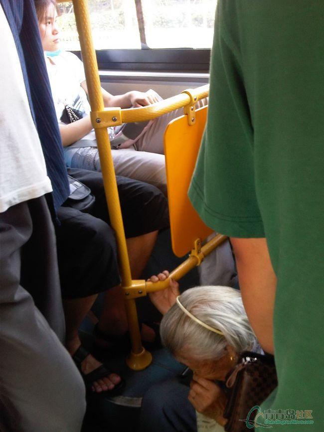 隧道公交上7旬老人席地而坐 让个座这么难吗高清图片