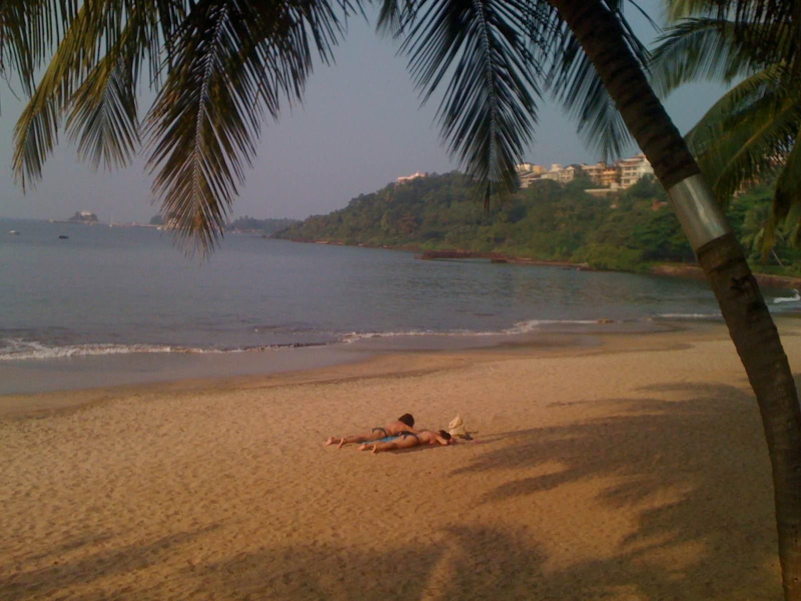 沙滩上晒太阳的比基尼美女