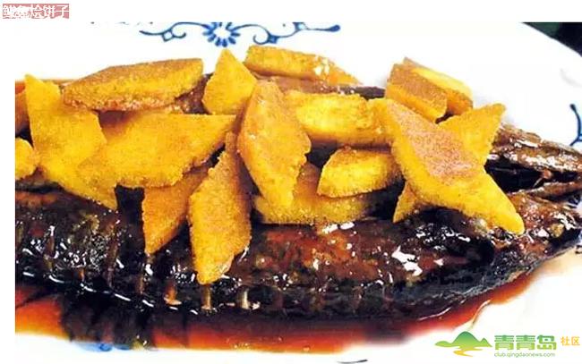 1、将鲅鱼洗净改一字刀,玉米面饼切成菱形块,炒勺上火,放入色拉油烧至六成熟时,放入鲅鱼,炸至金黄色时捞出,然后把玉米面饼子下油锅炸至金黄色时捞出控净油待用。 2、炒勺放底油,用葱段、姜片、蒜片、花椒、大料炝锅,放入鲅鱼,烹入料酒,酱油、米醋,加、的老汤,加盐、味精、糖少许,焖至汤汁少许时,加入玉米面饼,用湿淀粉勾芡,淋明油,点香菜出勺即可。 鲅鱼饺子