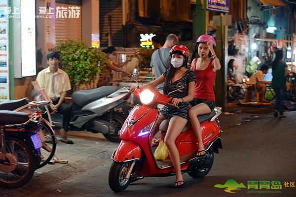 越南的美女一般都有一辆踏板摩托