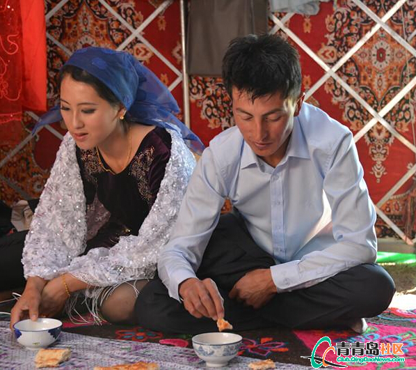 台湾姑娘嫁给新疆哈萨克族异族牧民婚礼俩劫视频场一图片