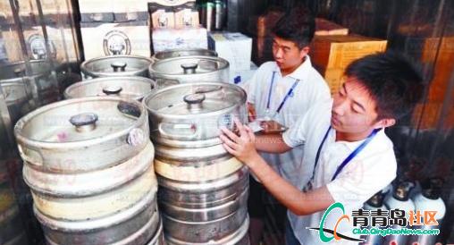 青岛数百大学生守护啤酒节